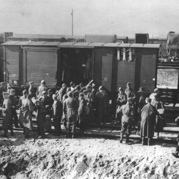 Soldati italiani che salgono su un treno